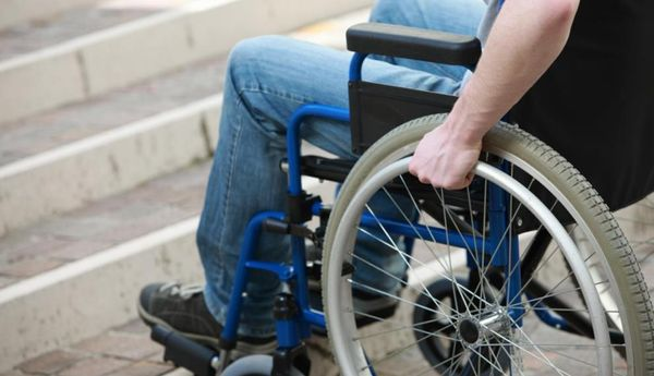 Disabile muore in centro, la gente fa video e lo mette sui social